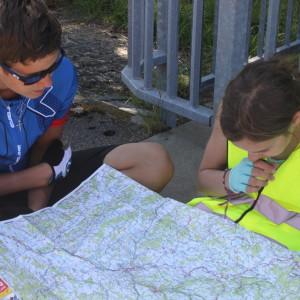 15. Nikolas und Emily suchen unseren Standort-1024