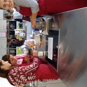 Die Schülerinnen der Klassen 7a/b bei der Herstellung der Backmischungen