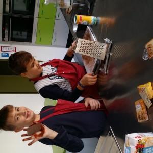 Die Schüler der Klassen 7a/b bei der Herstellung der Backmischungen