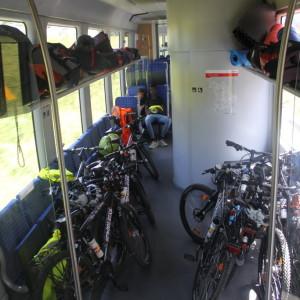 45. Viele Fahrräder, Fahrradtaschen, Isomatten und Zelte in einem Zug-1024